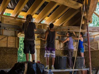Chantiers participatifs à l'écolieu Lespiet, plus de 300 bénévoles accueillis en 3 ans pour bénéficier d'une formation en éco-construction.